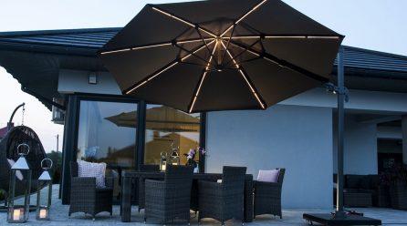 Czarny parasol ogrodowy w naszej przestrzeni relaksu