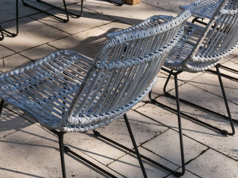 Rattanowe meble – hit w modnych wnętrzach i ogrodach